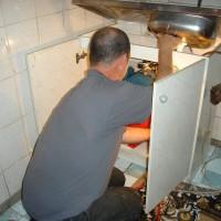 Het installeren van een hydrofoor in een benauwd klein keukenkastje. Voor het verbeteren van de elektrische installatie is meer ruimte bij Valeriu en Nina Gabura. (A)